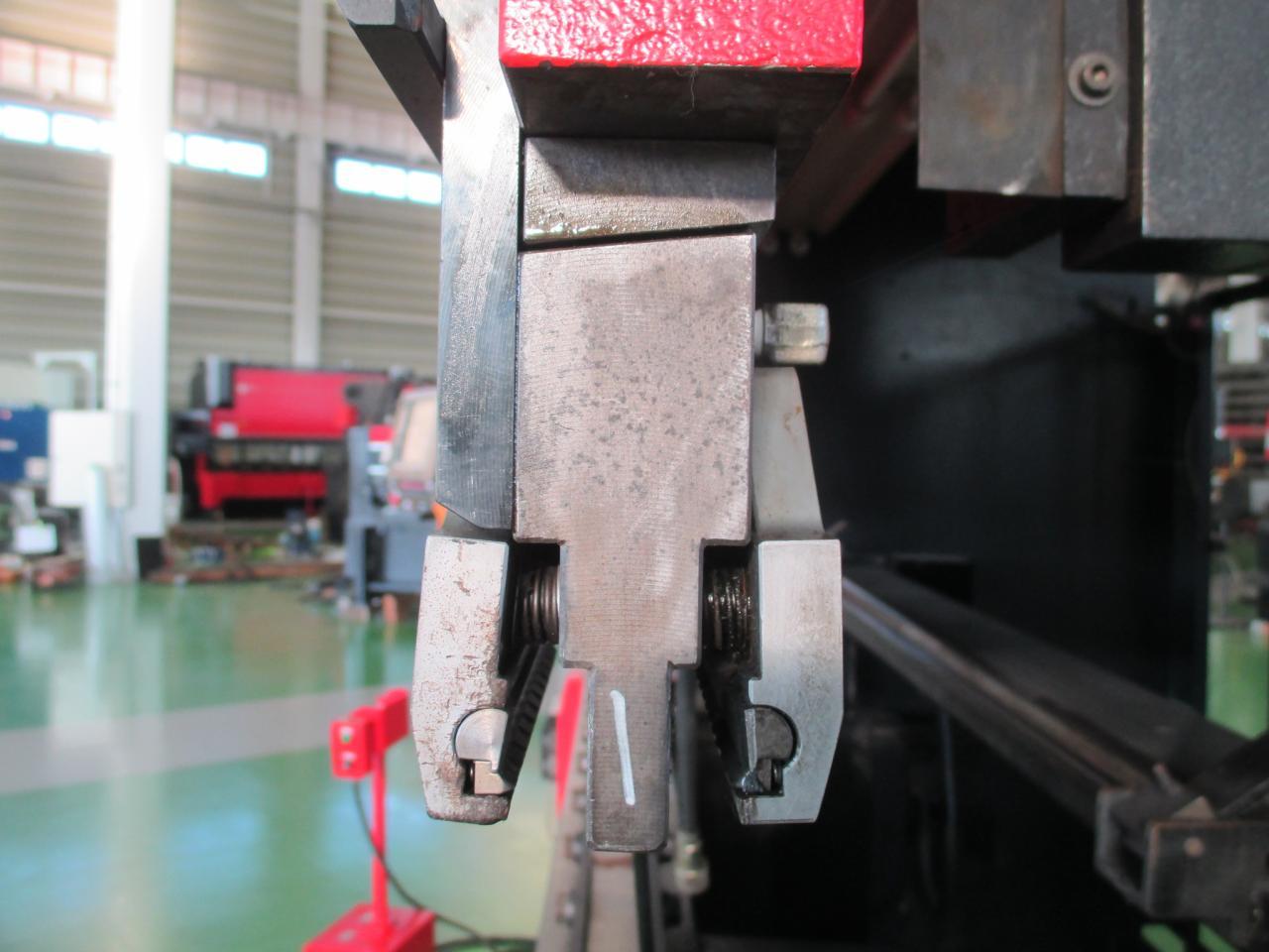 中間板(油圧クランプ)側面